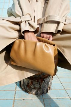 Tan Trench coat with light brown clutch. Celine Campaign, Celine Clutch, Mustard Wedding, Phoebe Philo, New Handbags, Lookbook, Autumn Winter Fashion, Fall Winter, Editorial Fashion