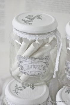Brocante, Vintage and Shabby Chic vind je op Pure White, White Light, Grey And White, Snow White, Black, Pot Mason, Mason Jars, Vintage Jars, Shabby Chic Crafts