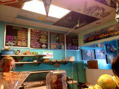 """Diamond Head Cove Health Bar! アサイボウルで有名なお店です。  アサイボウルはもちろんおいしいんだけど、 このお店のぐちゃっとした雰囲気がなんとも言えず好きだったりします。  水色の壁に飾られている海の写真とか、 天井に描かれているあんまり上手じゃない絵とか、 カウンターに無造作に置かれた大きなトロピカルフルーツとか、 ロコガールのアサイボウルを作る""""雑""""な感じとか。  ハワイのおおらかさがぐちゃーーっと集まった、そんな空間がたまりません。  結局20分待ちとか言われて断念したので、アサイボウルの写真はありませんが(笑)、ハワイに来たときはぜひ行ってみて♫  ここでアサイボウル買って、すぐ近くのカピオラニパークの芝生に座って食べる、なんて最高でしょ?  ::MamaA::"""