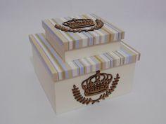 Caixa maior 22x22x12cm, caixa menor com divisória 15x15x5 cm.