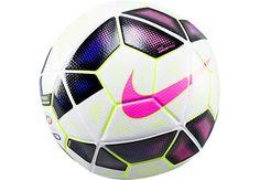 Este pelota de futbol que es blanco y rosado.