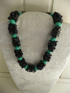 Halsketting.Zwart rubber met groene ronde kralen.Het is sterk en rekbaar.De halsketting is gemaakt van fietsband.Het is handgemaakt.