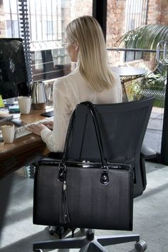 Blog article - How to find the best laptop handbag for working women