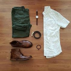 Who's a fan of the green pants⁉️ I know I am, very nice outfit! Gents Fashion, Look Fashion, Fashion Outfits, Olive Pants Outfit, Green Pants Men, Cool Outfits, Casual Outfits, Outfit Grid, Mens Clothing Styles