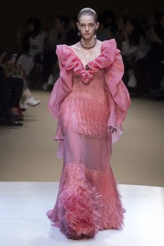 The complete Alexander McQueen Fall 2018 Ready-to-Wear fashion show now on Vogue Runway. Fashion 2018, Fashion Week, Runway Fashion, Pink Fashion, Couture Fashion, Paris Fashion, Women's Fashion, Alexander Mcqueen 2018, Alternative Wedding Dresses