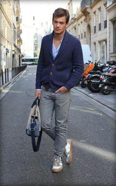 cardigan grosse maille bleu, chemise bleu clair, pantalon gris