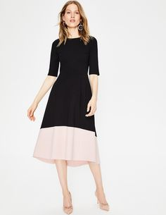 Forget a plus one, our ponte dress is the perfect partner for any occasion. We kept the design simple, but – of course –we haven't forgotten the details: a swishy, full skirt, striking colourblock hem and a high-low hem. The structured top with half sleeves is fitted to ensure it's as flattering as possible.