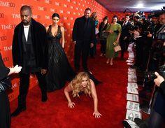 Pin for Later: Kim und Kanye werden Opfer eines Streichs auf dem roten Teppich