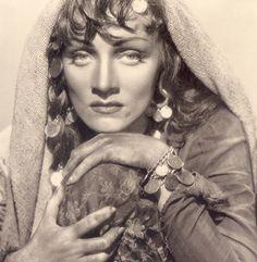 """Marlene Dietrich spielt eine """"Zigeunerin""""!"""