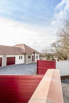 Saint Castin, Pyrénées Atlantiques, France. Design et construction by Maisons Aquitaine. #aquitaine #maisons #rouge Crédit Photo : Agence Freestyle