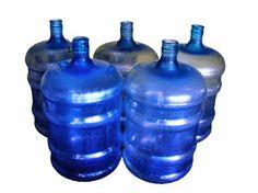Llenan con agua de chorro botellones de agua potable en Venezuela