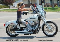 Strugis woman biker - mototrailer photo bomb