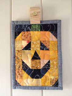 Patchwork & quilted Jack-O-Lantern pumpkin mug rug - Etsy. Halloween Quilts, Halloween Mug, Halloween Placemats, Quilting Projects, Quilting Designs, Sewing Projects, Quilting Tips, All People Quilt, Quilted Gifts