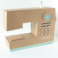 Love this sewing machine made by Little Red Window ;-)