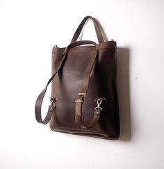 Tasche/Rucksack «Transformer» durch Handarbeit angefertigt Die Ledertasche «Transformer» kann sich in eine Schultertasche, einen Rucksack oder eine Clutch verwandeln Ausstattung: - ein geräumiges Innenhauptfach - eine Innentasche auf der Rückseite 14*19,5cm groß - verstellbarer