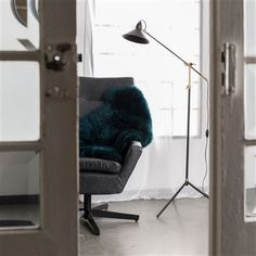 Een schapenvacht is niet alleen warm en zacht, maar ziet er ook hartstikke stylish uit! Met dit Dutchbone Shaun Schapenvacht geef je een sfeervolle, knusse look aan je interieur. Leg hem bijvoorbeeld over een stoel of op de grond: lekker comfortabel!