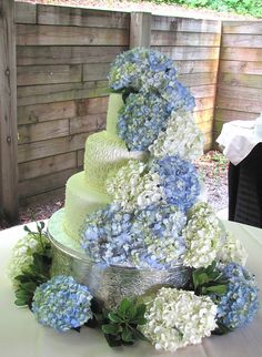 Pastís decorat amb hortensia blanca i blava Perfect Wedding, Our Wedding, Dream Wedding, Pretty Cakes, Beautiful Cakes, Wedding Cakes With Flowers, Wedding Pinterest, Fancy Cakes, Here Comes The Bride