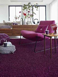 Paarse stoel met paars kleed