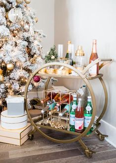 Trendy home bar accessories drink cart Ideas Home Bar Decor, Bar Cart Decor, Bar Cart Essentials, Home Bar Accessories, Drink Cart, Gold Bar Cart, Bar Cart Styling, Trendy Home, Trendy Bar