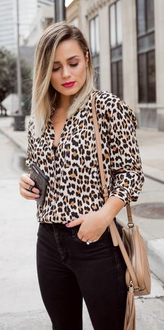 38 Classy Leopard Print Outfits Ideas - Creature prints are abundantly loved for their bolder intrigue. They are known to be very flexible, that is, you can wear them through all seasons. Cheetah Print Outfits, Leopard Outfits, Leopard Blouse, Leopard Print Top, Blusas Animal Print, Fall Outfits, Casual Outfits, Cute Fashion, Rock Fashion