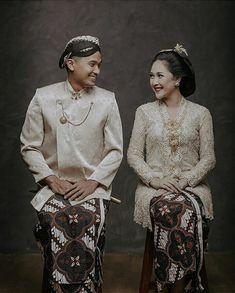 Indonesian wedding look Pre Wedding Poses, Pre Wedding Shoot Ideas, Pre Wedding Photoshoot, Wedding Couples, Wedding Dress, Javanese Wedding, Indonesian Wedding, Foto Wedding, Wedding Photo Inspiration