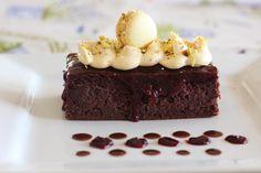Rybízový dortík s vanilkovým krémem a malinovým karamelem. Více na ladybaker.cz Brownies, Desserts, Cake Brownies, Tailgate Desserts, Deserts, Postres, Dessert, Plated Desserts