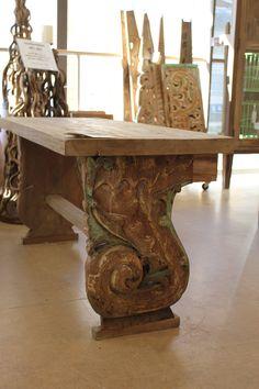 Penkki, jossa materiaaleina kierrätyspuu ja antiikkiset puukaiverrukset.