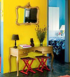 A moldura dourada do espelho inspirou a pintura da penteadeira antiga com spray. Não só ela ganhou cor, como também uso novo: agora é aparador. Ideia da designer de interiores Neza Cesar