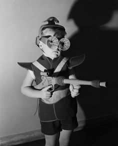 Ready to lay waste to some aliens - vintage retro space cadet boy with laser gun Vintage Photographs, Vintage Photos, Arte Nerd, Weird Vintage, Photo Vintage, Baby Boomer, Vintage Space, Atomic Age, Vintage Halloween