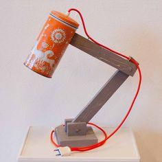 Vintage lichtblik, een staande handgemaakte lamp gemaakt van vintage blikken. Ieder lichtblik is daardoor uniek. Het snoer van de lamp is van een mooi bijpassend strijkijzersnoer met een aan/uit schakelaar.