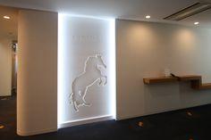 Dimple Shade / 不燃の内装用デザインパネル / 象徴的な馬のイメージと企業ロゴを施したブランドウォールをオフィスエントランスに高さ2450mmの大きなパネルで壁面へ設置いたしました。