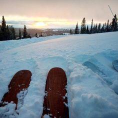 Hyvää joulua kaikille! Meillä joulu menee rinteen vierustoja laskien, eilisen lumisade ja pahimmillaan huipulla 40m/s (Åren vyöryennusteesta napattu lukema) puhaltanut tuuli takaa, että hetkeen ei ole kuin metsälaskua tarjolla.. #åre #laskettelu #merrychristmas #christmaseve #skiing #skiingtrip #roadtrip #sweden #diy #handicraft #ski #selfmadeskis #freeskiing #snowhunting #reissussa