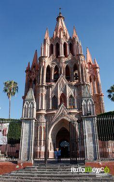 La parroquia de San Miguel Arcángel, símbolo de la ciudad de #SanMiguelDeAllende, erigida a finales del siglo XVII. No te puedes perderte el detalle de su llamativa fachada de estilo neogótico, diseñada por el maestro Ceferino Gutiérrez y sobrepuesta hacia 1880. #WeLoveTraveling www.rutamexico.com.mx Whatsapp: (722) 1752392 Correo electrónico: info@rutamexico.com.mx  #ViajesAcadémicos #ViajesDeIntegración #ViajesTurísticos #ViajesGrupales