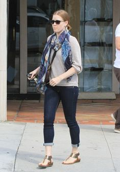Amy Adams Photos - 'Her' actress Amy Adams and her partner Darren Le Gallo walk arm in arm after having lunch at Gracias Madre in West Hollywood, California on April - Amy Adams and Darren Le Gallo Grab Lunch Drop Dead Gorgeous, Amy Adams Style, Denim Blog, Actress Amy Adams, Adam Green, Amazing Amy, Green Sweater, Blue Sweaters, American Actress