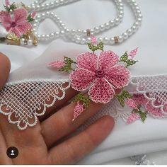 No photo description available. Crochet Bedspread, Needle Tatting, Crochet Designs, Quilling, Elsa, Videos, Instagram, Flowers, Crafts