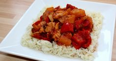 Kínai édes-savanyú csirke recept Alajuli módra: Mivel a családunk nagyon szereti a kínai ételeket, így ezt az édes-savanyú csirkét gyakran elkészítem. Jó pár évig a bolti, üveges mártásból készítettem, mert nem tudtam a receptjét és sokkal egyszerűbb volt a húsra önteni a kész szószt. Egyszer aztán egy főzős műsorban láttam meg ezt a receptet és azóta nem vettem kész mártást. Szerintem sokkal finomabb a boltinál, és az elkészítése is egyszerű. Grains, Food And Drink, Rice, Chicken, Cooking, Recipes, Diet, Kitchen, Recipies