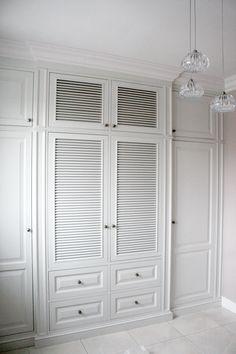 wbudowana klasyczna szafa do holu, wooden furniture,hand painted furniture, classic style wardrobe, white louvered storage & closets, built in wardrobes, meble angielskie na wymiar - wykonanie Artystyczna Manufaktura