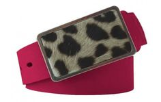 Gürtel in Koralle - pink aus echtem Leder mit Schnalle im Leoparden-Look. Kräftiges Coral und ein auffälliges Leoparden-Motiv garantieren Ihnen Aufmerksamkeit. Das hochwertige Leder und die Breite von 4 cm sorgen derweil für einen perfekten Sitz.