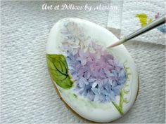 Tutorial (English and Français) http://www.misscuit.com/tutoriels/guestpost-lilacs-easter-cookies-art-et-delices-meriem-2/