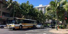 ハワイでの移動手段はレンタカーやタクシーを利用する方が多いと思いますが、「ザ・バス」を使えば、安くオアフ島のどこにでも行けちゃうのをご存知でしょうか?「ザ・バス」を乗りこなせば今までのハワイ旅行よりもっと充実した旅行になるはずです。