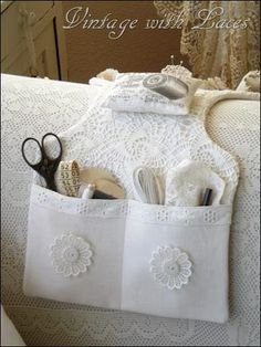 White sewing caddy - It is so pretty! I want for either my ottoman or my chair arm. Not for sewing but some of my stuff I keep by my Cairo. Sewing Hacks, Sewing Tutorials, Sewing Patterns, Fabric Crafts, Sewing Crafts, Sewing Projects, Diy Crafts, Crochet Projects, Sewing Caddy