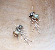 Boucles d'oreilles classiques, Nature Earrings Woodland Pinecone Turquoise Branch est une création orginale de StaroftheEast sur DaWanda