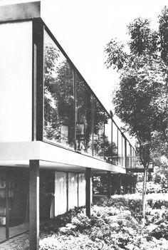 Vista de la fachada posterior, Casa Bravo Ahuja, calle del Fuego 830, Jardines del Pedregal, México DF 1960  Arq Reinaldo Pérez Rayón -  View of the rear facade, Casa Bravo Ahuja, Fuego 830, Gardens of Pedregal, Mexico City 1960