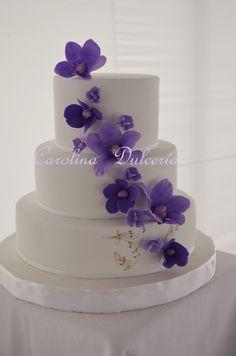 Torta con flores moradas
