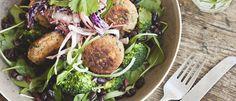 Salade van babyspinazie met Thaise zoete aardappelburgertjes   Donderdag Veggiedag