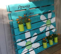Pallet Ideas Pallet Sign and Garden Planter All In One - I wanted a family sign and a garden planter for my side door, so I combined the two ideas to create a fun decoration using upcycled materials. I started with a… Wooden Pallet Projects, Diy Projects, Spring Projects, Pallet Ideas For Yard, Pallet Making Ideas, Garden Ideas With Pallets, Pallet Garden Projects, Spring Pallet Ideas, Pallet Gardening