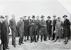 Maîtres sur le toit d'un bâtiment du Bauhaus, c.1926 (1998). De gauche à droite : Josef Albers, Hinnerk Scheper, Georg Muche, Laszlo Moholy-Nagy, Herbert Bayer, Joost Schmidts, Walter Gropius, Marcel Breuer, Wassily Kandinsky, Paul Klee, Lyonel Feininger, Gunta Stolzl et Oskar Schlemmer. Bauhaus-Archiv Berlin/ Centre Pompidou, Paris