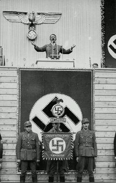 3 kwietnia 1938 r.  Adolf Hitler przemawia w fabryce wagonów Weitzer w Graz