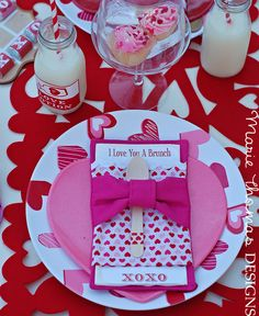 Place settings at a Valentine's Day Party #valentineparty #placesetting