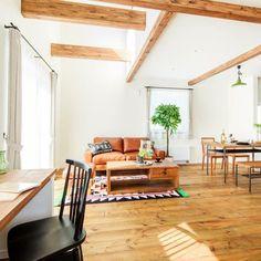 Yuukiさんの、リビング,照明,ナチュラル,アンティーク,吹き抜け,カウンターテーブル,梁,新築,塗り壁,シンプルライフ,無垢材,無垢材の床,オープンハウスのときの写真,オープンハウス中,のお部屋写真